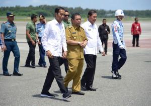 Presiden Jokowi tiba di Bandar Udara Sultan Aji Muhammad Sulaiman Sepinggan, Kota Balikpapan, Kaltim, Selasa (7/5) siang, untuk meninjau lokasi alternatif calon pengganti ibukota RI. (Foto: ANGGUN/Humas)