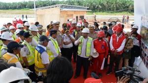 Menhub Budi K Sumadi dan Menteri PUPR meninjau res area di jalan tol Terbanggi Besar - Palembang, Sabtu (11/5). (Foto: Humas Kemenhub)