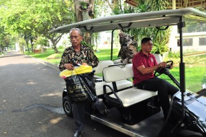 Usma, stall owner whose vendor was destroyed during riots last week, gets off a golf cart after meeting with President Jokowi at Merdeka Palace, Jakarta, Monday (27/5). (Photo: Jay/PR)