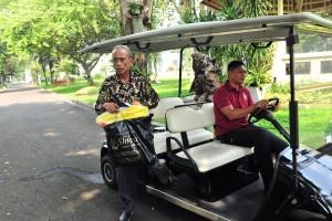 Usma, pedagang yang menjadi korban kerusuhan 22 Mei, turun dari mobil golf yang mengantarnya usai bertemu Presiden Jokowi, di Istana Merdeka, Jakarta, Senin (27/5) pagi. (Foto: JAY/Humas)