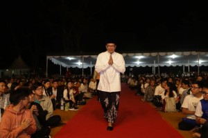 Minister of Religious Affairs Lukman Hakim Saifuddin attends the 2563 Vesak Day celebration in the courtyard of Borobudur Temple, Magelang, Central Java, Saturday (18/5). Phot by: PR of Ministry of Religious Affairs.