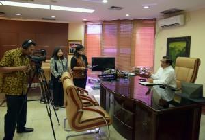 Seskab Pramono Anung melayani permintaan wawancara di ruang kerjanya, Gedung III Kemensetneg, Jakarta, beberapa waktu lalu. (Foto: JAY/Humas)