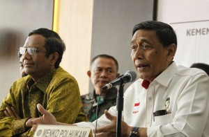Coordinating Minister for Political, Legal and Security Affairs Wiranto, accompanied by Mahfud MD, delivers his statement in a press conference at the Office of Coordinating Ministry for Political, Legal and Security Affairs, Jakarta, Tuesday (28/5). Photo by: PR of Coordinating Ministry for Political, Legal and Security Affairs.