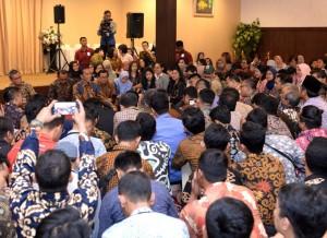 Presiden Jokowi mendengarkan curhat para wartawan saat buka bersama di restoran D'Cost VIP di bilangan Abdul Muis, Jakarta, pada Selas (14/5) petang. (Foto: Setpres)