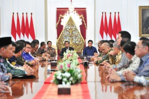 President Jokowi welcomes KADIN and HIPMI officials at Merdeka Palace, Central Jakarta, Wednesday (12/6). (Photo by: JAY /PR)