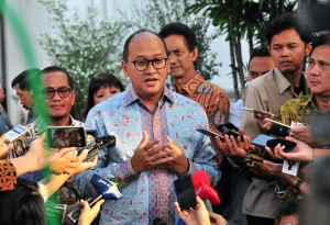 Chairman of Indonesian Chamber of Commerce and Industry (Kadin) Rosan P. Roeslani responds to reporters' questions after a meeting with President Jokowi, at the Merdeka Palace, Jakarta, Wednesday (12/6). (Photo by: Jay/PR)