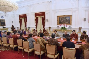 President Jokowi receives representatives of the Association of Indonesian Shopping Centers Tenants (Hippindo) and the Indonesian Employer Association (Apindo), at the Merdeka Palace, Jakarta, Thursday (13/6). (Photo by: Oji/PR)