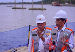 Jokowi meets reporters after an inspection on the construction of the Muara Nusa Dua Reservoir Tourism Area in Denpasar, Bali, Friday (14/6). (Photo by: AGUNG/PR)