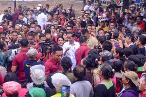 President Jokowi and First Lady Iriana greet the crowds while visiting Sukawati Market, Gianyar, Bali, Friday (14/6). (Photo by: AGUNG/PR)