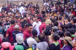 President Jokowi and First Lady Iriana greet the crowds while visiting Sukawati Market, Gianyar, Bali, Friday (14/6). (Photo by: AGUNG/PR)