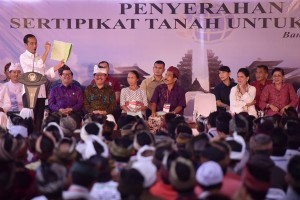 President Jokowi distributes 3,000 land certificates to local residents, in Bangli Subdistrict, Bangli Regency, Bali, Friday (14/6). (Photo by: Agung/PR)