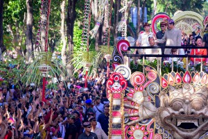 President Jokowi accompanied by First Lady Ibu Iriana, waves to the people during the Arts Festival Parade in Denpasar, Bali, Saturday (15/6). (Photo by: Agung/PR)