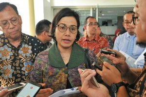 Minister of Finance Sri Mulyani answers questions from the reporters after attending the Limited Cabinet Meeting on regulations on investment, export, and taxation at the Presidential Office, Jakarta, Wednesday (19/6). (Photo by: JAY/PR)