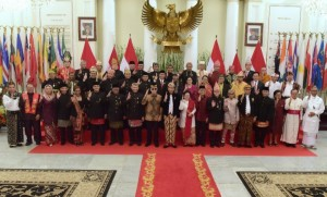 Presiden Jokowi berfoto bersama usai memimpin Upacara Peringatan Hari Lahir Pancasila Nasional Tahun 2019 di Gedung Pancasila, Kementerian Luar Negeri, Sabtu (1/6). (Foto: Humas/Rahmat)