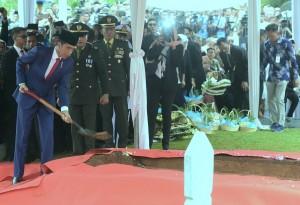Presiden Jokowi secara simbolis mengurug tanah pemakaman Ibu Ani Yudhoyono di Taman Makam Pahlawan Kalibata, Jakarta, Minggu (2/6). (Foto: Humas/Rahmat)