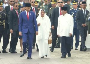 Presiden Jokowi didampingi Ibu Negara Iriana disambut Seskab Pramono Anung saat pemakaman Ibu Ani Yudhoyono di TMP Kalibata, Minggu (2/6). (Foto: Humas/Rahmat).