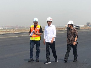 President Jokowi accompanied by Minister of State Secretary Pratikno, inspects third runway constrution progress at Soekarno-Hatta Airport, Tangerang, Banten, Friday (21/6). (Photo by: IST)