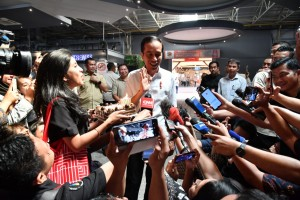 President Jokowi gets birthday surprise from reporters, Friday (21/6) (Photo by: BPMI)