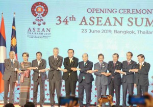 President Jokowi and other ASEAN leaders symbolically join hands to unite the determination in the Opening Ceremony of the 34th ASEAN Summit in Bangkok, Thailand, Sunday (23/6). (Photo by: Dinda M/PR)