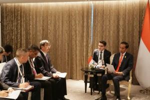 President Jokowi receives ADB President Takehiko Nakao at Hotel Athenee, Bangkok, Thailand, Sunday (23/6). (Photo by: Dinda M/PR)