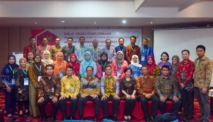 Deputy Cabinet Secretary for Cabinet Work Support Thanon Aria Dewangga, accompanied by Professor of International Law at Diponegoro University Edy Pratomo and Assistant to the Deputy Cabinet Secretary for State Documents and Translation Eko Harnowo, takes a picture with participants of the 2019 Technical Training on Translation of Government Legal Draft, Bogor, West Java, Monday (24/6). (Photo by: AGUNG/PR)