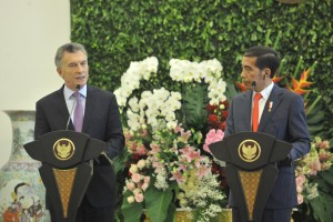 President Jokowi and President of Argentina Mauricio Macri deliver a joint press statement, at Bogor Presidential Palace, West Java, Wednesday (26/6). (Photo by: JAY/PR)