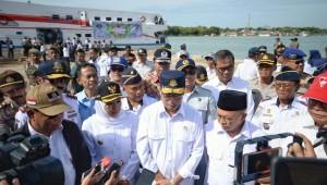 Menhub bersama Gubernur Jatim menjawab pertanyaan wartawan di Pelabuhan Kalianget, Kabupaten Sumenep, Senin (3/6). (Foto: Kemenhub)
