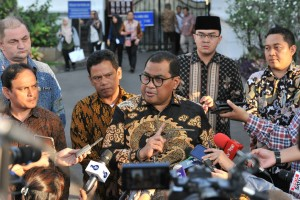 Ketua AKUMINDO M. Ikhsan Ingartubun menyampaikan keterangan pers usai bersama jajaran pengurus asosiasi UMKM diterima Presiden Jokowi, di Istana Merdeka, Jakarta, Selasa (18/6) sore. (JAY/Humas)