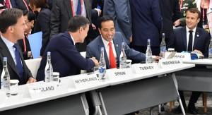 Presiden Jokowi berbincang dengan sejumlah tokoh dunia saat mengikuti KTT G-20, di Osaka, Jepang, Jumat (28/6) pagi. (Foto: Setpres)