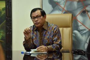 Seskab Pramono Anung saat diwawancara di ruang kerja Seskab. (Foto: Humas/Jay)