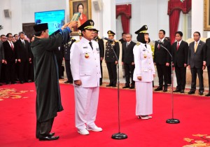 Arinal Djunaidi dan Chusnunia Chalim diambil sumpahny saat dilantik sebagai Gubernur dan Wakil Gubernur Lampung oleh Presiden Jokowi, di Istana Negara, Jakarta, Rabu (12/6) siang. (Foto: JAY/Humas)
