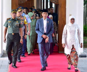 Gubernur Jatim Khofifah Indar Parawansa didampingi Pangdam Jatim dan Kapolda menyambut kedatangan Presiden Jokowi di Bandara Janda, Sidoarjo, Kamis (20/6) pagi. (Foto: BPMI Setpres)