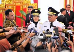 Gubernur Lampung Arinal Djunaidi didampingi Wagub Chusnunia Chalim menjawab wartawan usai pelantikan dirinya di Istana Negara, Jakarta Rabu (12/6) siang. (Foto: JAY/Humas)