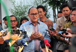 Ketua Umum KADIN Rosan P. Roeslani menjawab wartawan usai bersama jajaran pengurus KADIN dan HIPMI diterima Presiden Jokowi, di Istana Merdeka, Jakarta, Rabu (12/6) sore. (Foto: JAY/Humas)