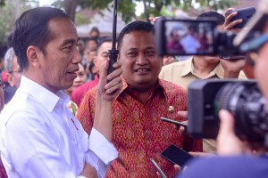 Presiden Jokowi menjawab wartawan usai mengunjungi Pasar Umum Sukawati, di , Kecamatan Sukawati, Kabupaten Gianyar, Bali, Jumat (14/6) pagi. (Foto: AGUNG/Humas)