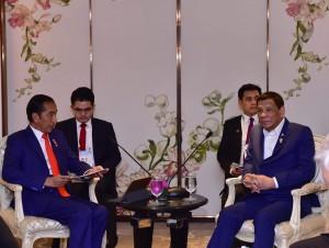 Presiden Jokowi melakukan pertemuan bilateral dengan Presiden Filipina Rodrigo Duterte di sela-sela KTT ke-34 ASEAN, di Bangkok, Filipina, Sabtu (22/6) malam. (Foto: BPMI Setpres)