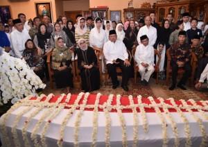 Presiden Jokowi dan Ibu Negara Iriana melayat almarhumah Ani Yudhoyono, di Puri Cikeas, Bogor, Sabtu (1/6). (Foto: BPMI)