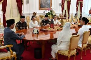Presiden didampingi Ibu Negara Iriana bersilaturahmi dengan AHY dan EBY di Istana Merdeka, Jakarta, Rabu (5/6). (Foto: BPMI)