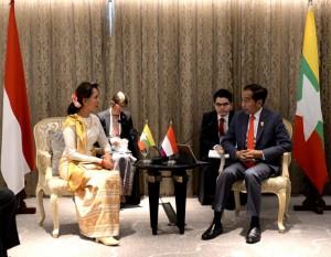 Presiden Jokowi saat bertemu Aung Sun Suu Kyi di Hotel Athenee Bangkok, Sabtu (22/6). (Foto: BPMI)