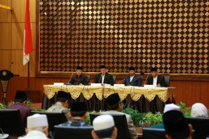 Religious Minister Lukman Hakim Saifuddin gives a press statement after the isbat meeting at the office of Religious Affairs Ministry in Central Jakarta on Monday (3/6). (Photo by: Ministry of Religious Affairs).