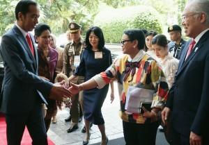Kedatangan Presiden Joko Widodo di hotel Athenee Bangkok, Sabtu (22/6) siang, disambut oleh Menlu Retno Marsudi dan Mendag Enggartiasto Lukita. (Foto: Humas/Moerti)