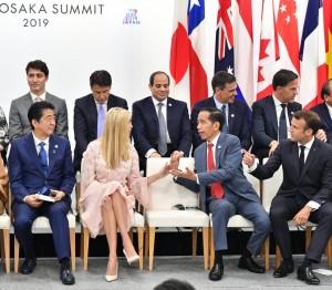 Presiden Jokowi berbincang dengan Ivanka Trump disaksikan Presiden Perancis dan PM Jepang, di salah satu sesi KTT G-20 di Osaka, Jepang, Sabtu (29/6). (Foto: Setpres)