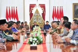 Presiden Jokowi menerima pengurus KADIN dan HIPMI, di Istana Merdeka, Jakarta, Rabu (12/6) sore. (Foto: JAY/Humas)