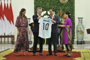 President Jokowi accompanied by First Lady Iriana receives Argentina National Team shirt from Argentina's President Mauricio Macri and First Lady Juliana Awada, after a joint press conference at Bogor Presidential Palace, West Java, Wednesday (26/6). (Photo by: JAY/PR)