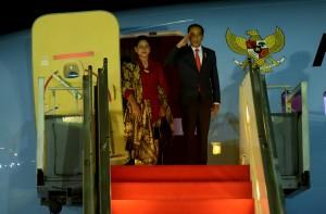 Presiden Jokowi didampingi Ibu Negara Iriana, Kamis (27/6) malam, dari Bandara Halim Perdana Kusuma, Jakarta, bertolak ke Nagoya, Jepang, untuk mengkuti KTT G-20. (Foto: Rahmat/Humas)