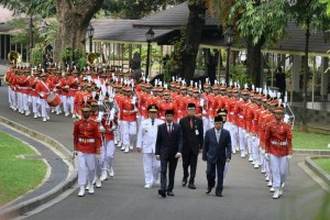 Presiden Jokowi dan Wapres Jusuf Kalla memimpin kirab sebelum melantik Gubernur dan Wakil Guberur Lampung, di Istana Negara, Jakarta, Rabu (12/5) siang. (Foto: OJI/Humas)