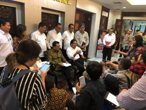 Menteri ATR/Kepala BPN Sofyan Jalil didampingi KSP Moeldoko menyampaikan keterangan pers usai menghadiri RTM TPPKA, di Bina Graha, Jakarta, Rabu (12/6) siang. (Foto: Humas KSP)