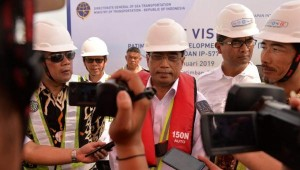 Menhub Budi Karya Sumadi menjawab wartawan usai meninjau progres pembangunan Pelabuhan Patimban, di Kabupaten Subang, Jabar, Minggu (23/6) siang. (Foto: IST)