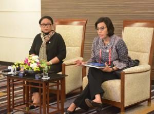 Menkeu Sri Mulyani Indrawati didampingi Menlu Retno Marsudi menyampaikan keterangan pers di Hotel New Otani, Osaka, Jepang, Jumat (28/6) sore. (Foto: ANGGUN/Humas)