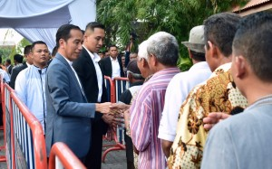 President Jokowi meets the locals in Solo, Wednesday (5/6). Photo by: BPMI